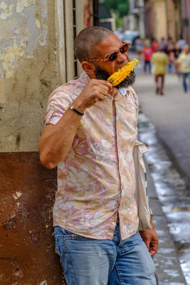 mann-corn-essen